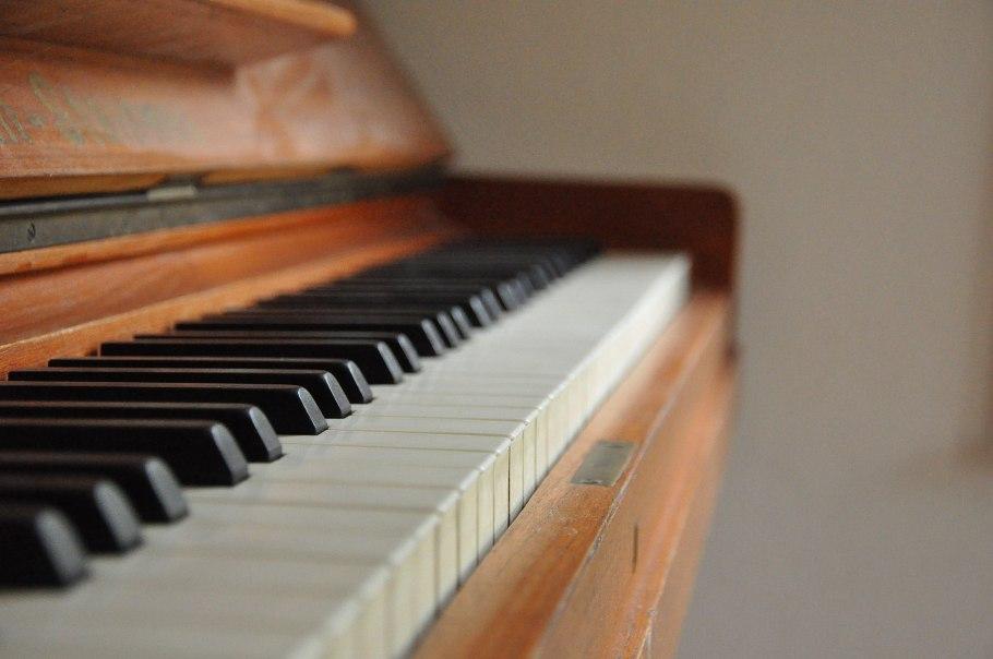 Piano_keys_close_up